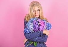 Ternura da pele nova Flor da primavera Beleza simples Ramalhete louro bonito das flores da hort?nsia do abra?o da menina naughty imagens de stock royalty free