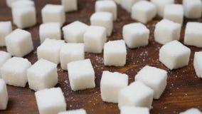 Terr?n blanco Sugar Refined en la superficie de madera de Brown almacen de metraje de vídeo