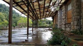 Terraço abandonado do hotel com janelas embarcadas e o telhado quebrado Fotografia de Stock Royalty Free