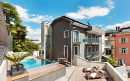 Terraço agradável da casa moderna Fotos de Stock Royalty Free