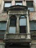 Terraço arruinado velho com as duas janelas quebradas foto de stock royalty free