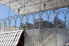 Terraço branco bonito com um telhado Fotos de Stock Royalty Free