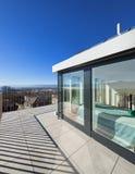 Terraço brilhante de uma sótão de luxo imagem de stock royalty free