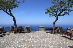 Terraço com árvores e opinião do mar Fotografia de Stock