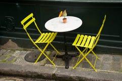 Terraço com cadeiras amarelas Fotografia de Stock Royalty Free