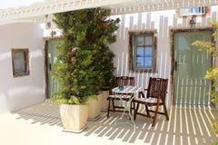 Terraço da casa velha do recurso em Santorini Fotos de Stock Royalty Free