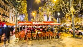 Terraço da rua em Champs-Elysees em uma noite do inverno fotos de stock royalty free