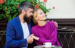 Terraço de afago do café dos pares Os pares no amor sentam o terraço do café apreciam o café Fim de semana agradável da família B fotografia de stock royalty free