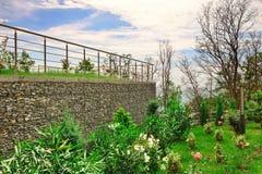 Terraço de dois níveis do jardim com jardim e parede de Gabions Fotos de Stock