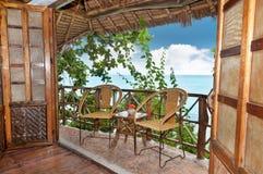 Terraço de madeira do bungalow com opinião do mar fotos de stock
