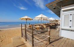 Terraço de madeira na costa de mar fotografia de stock