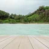 Terraço de madeira na praia com céu claro, Crystal Clear Sea e a vária árvore na ilha de Tailândia no fundo para a zombaria até D Imagens de Stock Royalty Free