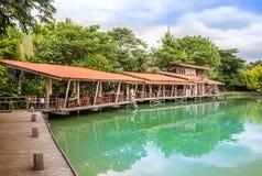 Terraço de madeira no lago no dia claro do céu fotos de stock royalty free