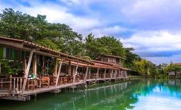 Terraço de madeira no lago no dia claro do céu fotografia de stock royalty free