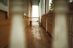 Terraço de madeira velho na frente da casa abandonada Imagens de Stock Royalty Free