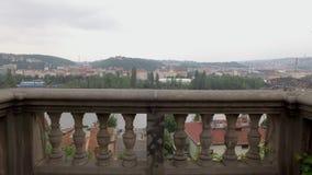 Terraço de pedra velho com o balcão na inclinação do monte na cidade com vista panorâmica filme