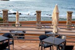 Terraço de um restaurante com máscaras do sol em uma praia bonita fotos de stock royalty free