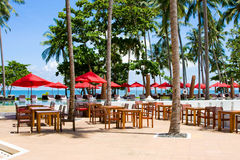 Terraço de um restaurante com máscaras vermelhas do sol Imagem de Stock