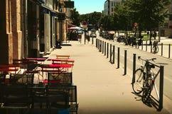Terraço de um restaurante na cidade Imagens de Stock Royalty Free