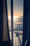 Terraço do hotel com opinião do mar no porto de Agia, Grécia Imagem de Stock Royalty Free