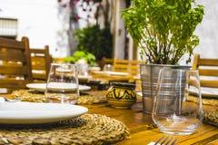 Terraço do verão com as bebidas e as refeições prontos para comer, Marbella Spai Imagem de Stock Royalty Free