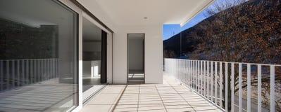 Terraço moderno da casa com trilhos fotos de stock