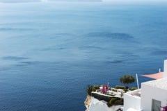 Terraço no afloramento rochoso que negligencia o mar Mediterrâneo, Oia foto de stock royalty free