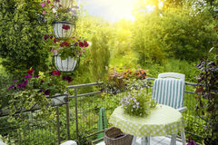 Terraço ou balcão do verão com tabela pequena fotos de stock