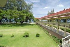 Terraço para baixo ao mar em uma residência privada, o pala do verão Fotos de Stock Royalty Free