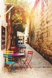 Terraço vazio do café com tabelas e cadeiras Imagem de Stock