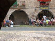 Terraços com os turistas que têm o almoço em Ainsa Huesca Foto de Stock
