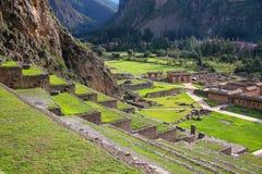 Terraços de Pumatallis em Inca Fortress em Ollantaytambo, Pe fotografia de stock