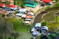 Terraços do arroz e casas da vila Banaue, Filipinas Shif da inclinação Imagens de Stock