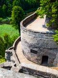 Terraços do castelo medieval de Sloup situado no dente reto da rocha em Boêmia do norte, República Checa foto de stock royalty free