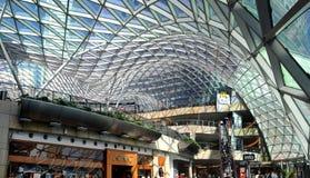 Terraços dourados do shopping - Varsóvia - Polônia Imagem de Stock