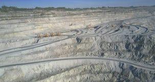 Terraços superiores da pedreira do asbesto com estradas e máquinas escavadoras filme