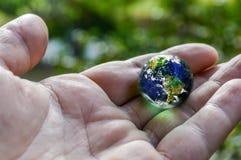 Terra à disposição Fotografia de Stock Royalty Free