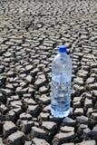 Terra árida e água mineral Fotos de Stock