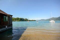 Terra Áustria de Salzburger do distrito do lago: Vista sobre o lago Attersee - cumes austríacos imagens de stock