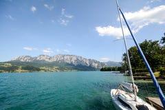 Terra Áustria de Salzburger do distrito do lago: Vista sobre o lago Attersee - cumes austríacos imagens de stock royalty free