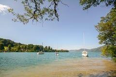 Terra Áustria de Salzburger do distrito do lago: Vista sobre o lago Attersee - cumes austríacos fotografia de stock