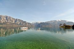 Terra Áustria de Salzburger: Vista sobre o lago Attersee - cumes austríacos Fotografia de Stock