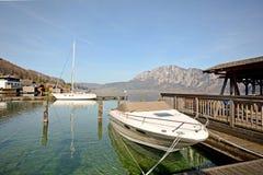 Terra Áustria de Salzburger: Vista sobre o lago Attersee - cumes austríacos foto de stock royalty free