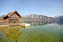 Terra Áustria de Salzburger: Vista sobre o lago Attersee - cumes austríacos fotografia de stock royalty free