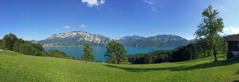 Terra Áustria de Salzburger: Vista sobre o lago Attersee - cumes austríacos Imagem de Stock