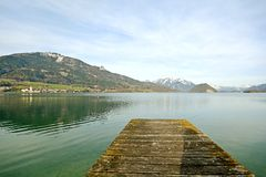 Terra Áustria de Salzburger: Vista sobre o lago Wolfgangsee a Sankt Wolfgang - cumes austríacos Imagem de Stock