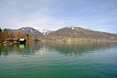 Terra Áustria de Salzburger: Vista sobre o lago Wolfgangsee a Sankt Wolfgang - cumes austríacos Imagens de Stock Royalty Free
