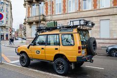 terra amarela Rover Defender Camel Trophy do vintage estacionado na cidade fotos de stock