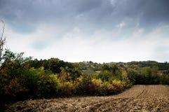 Terra arável e céu dramático Fotos de Stock