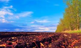 Terra arata con il bello cielo della molla Fotografie Stock